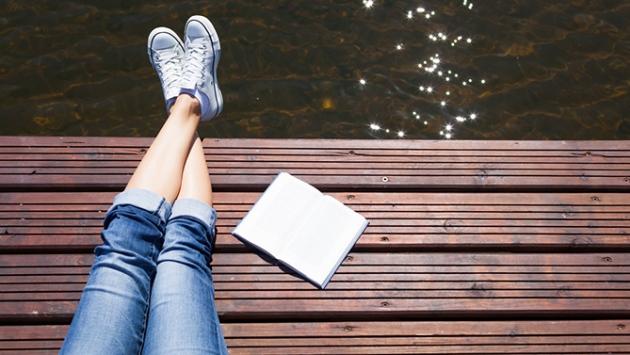 Livre déposé sur un quai de bois en été